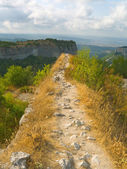 Pathway and precipice in mountains — Stock Photo