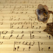 Gramophone on old sheet music — Stockfoto