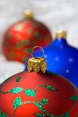 Vánoční koule v balicí papír — Stock fotografie