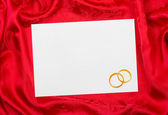 Wedding rings and paper card — Stock Photo