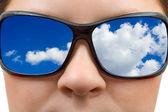 Mujer de gafas de sol y cielo reflexión — Foto de Stock