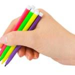 hand med mångfärgade pennor — Stockfoto