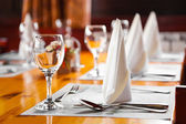 Glasses and plates on table in restaurant — Foto Stock