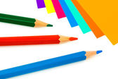 色とりどりの紙と鉛筆 — ストック写真