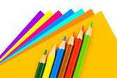 Mångfärgade papper och pennor — Stockfoto