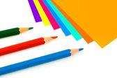 Vícebarevný papír a tužky — Stock fotografie