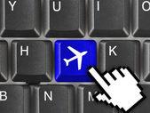 Teclado de la computadora con la llave de avión — Foto de Stock