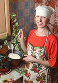 The housewife in the kitchen — Stock Photo