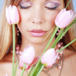 Beautiful woman with tulips — Stockfoto