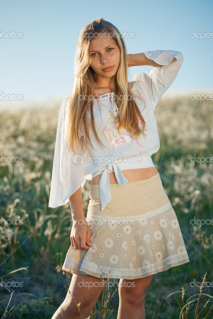 Teenage girl posing in field of feather grass in autumn sunlight — Stock Photo #2756008