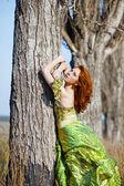 时装模特摆了近树 — 图库照片