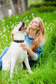 Chica con labrador — Foto de Stock