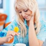 lachende meisje met kopje cappuccino — Stockfoto