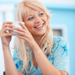 smiling girl with tasse cappuccino — Stockfoto