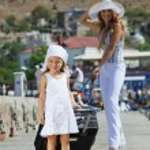 Family walking on vacations — Stock Photo