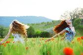 Flickor i våren fält — Stockfoto