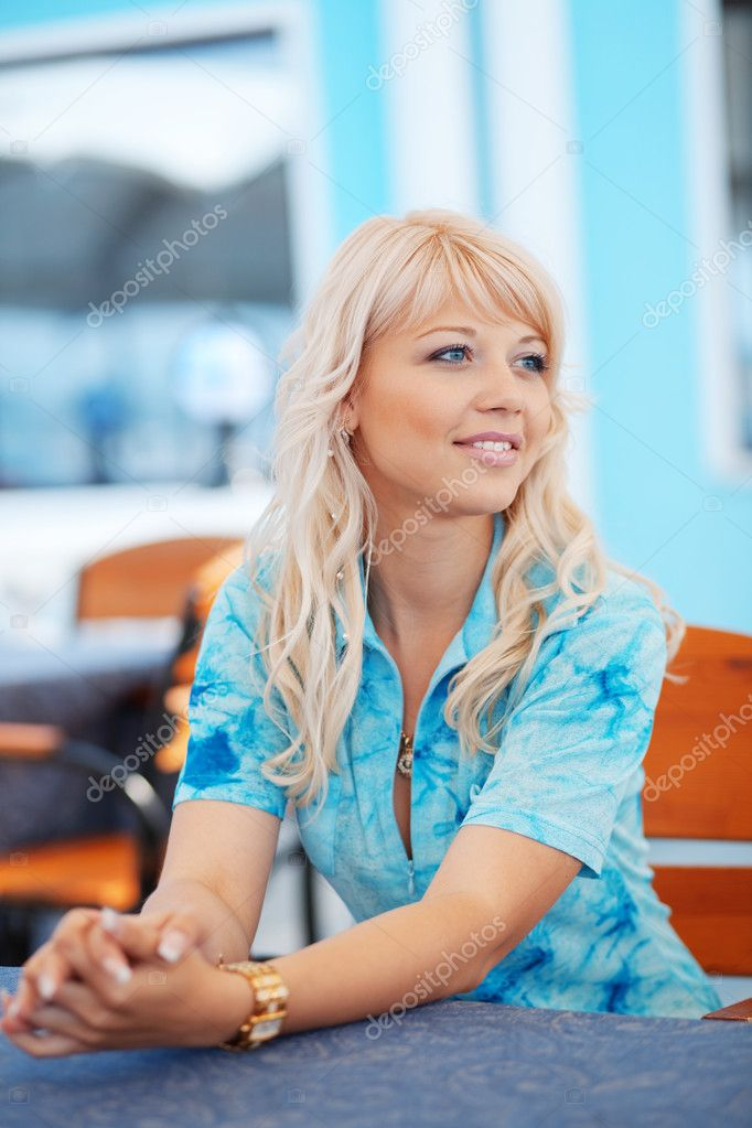 Young beautiful woman waiting somebody in cafe — Foto Stock #2771131