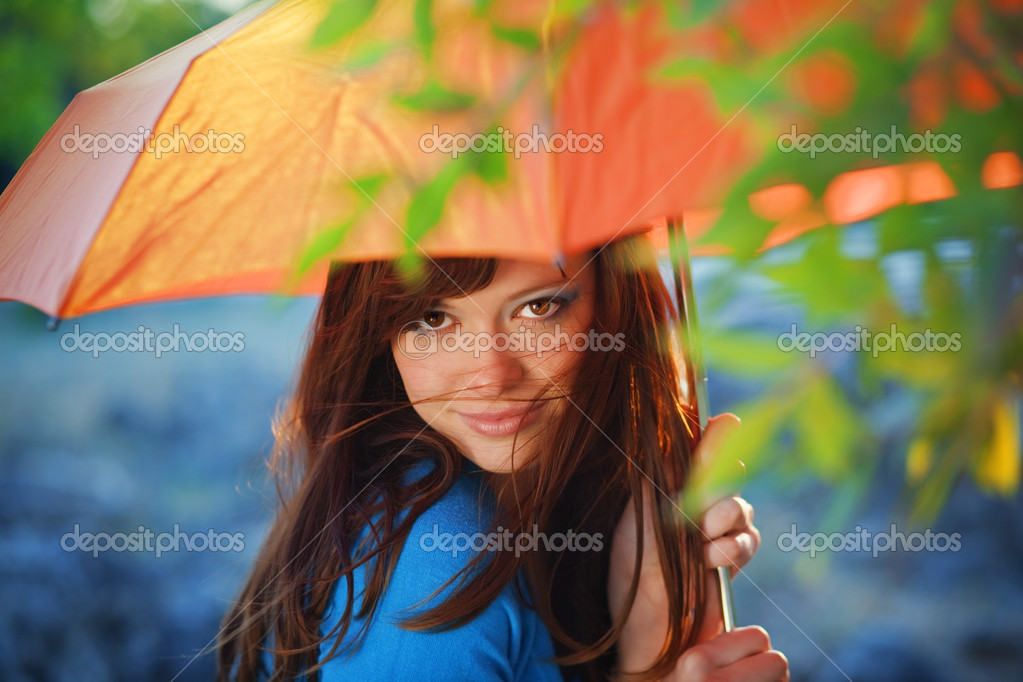 Portrait of beautiful female with umbrella in autumn park — Stock Photo #2776663