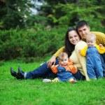 pais felizes com gêmeos — Foto Stock