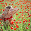Girl in poppy field — Stockfoto
