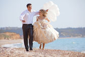 Düğün çifti kumsalda çalışan — Stok fotoğraf