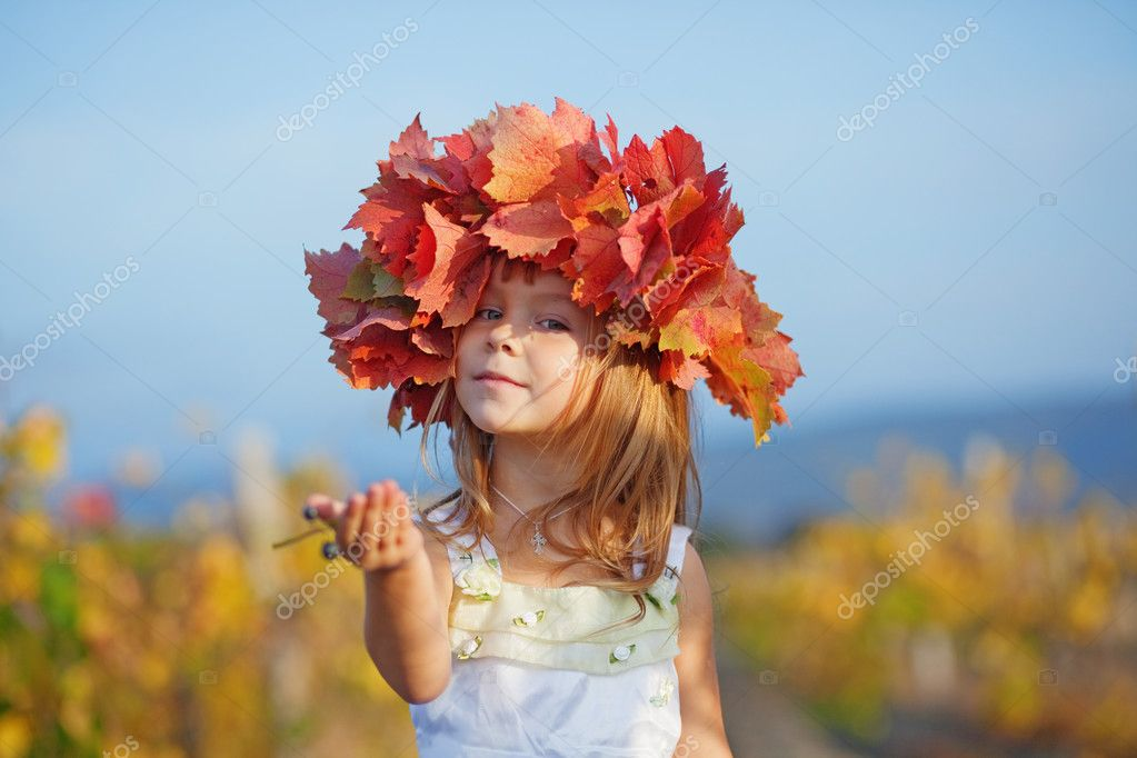 Cute little child girl in sunny autumn — Stock Photo #2780042