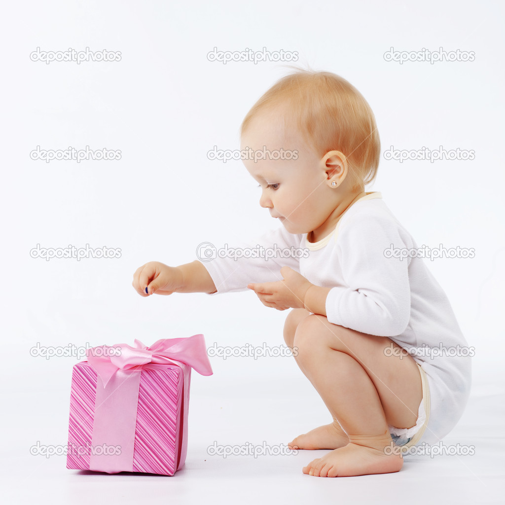 Portrait of child opening gift box in white studio — Stok fotoğraf #2784101