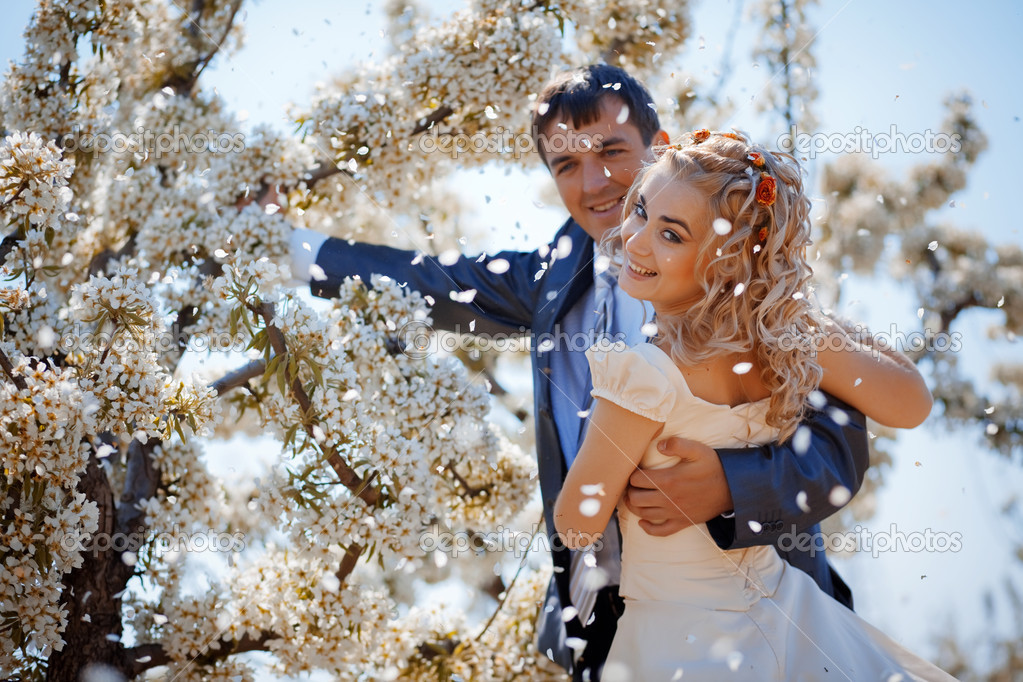 Wedding couple in spring nature — Stock Photo #2787630