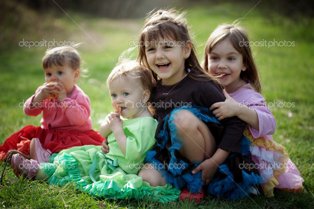 Group of happy kids outdoors — Stock fotografie #2838545