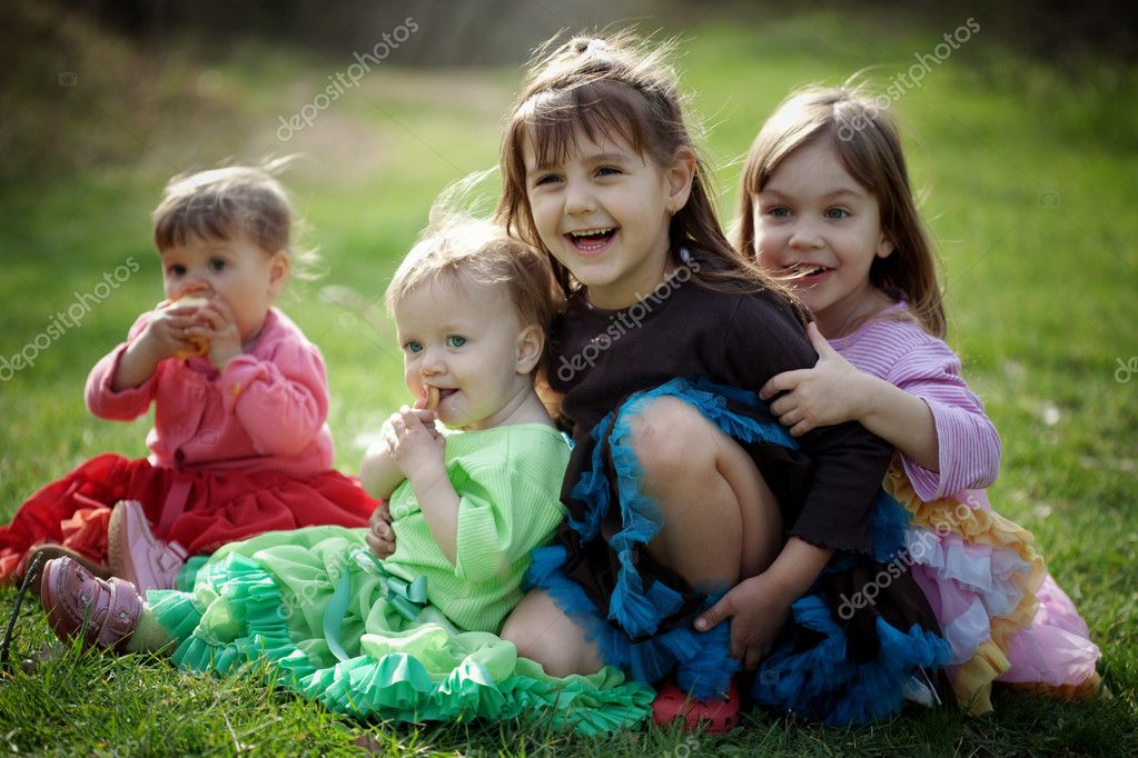 Group of happy kids outdoors — Stok fotoğraf #2838545