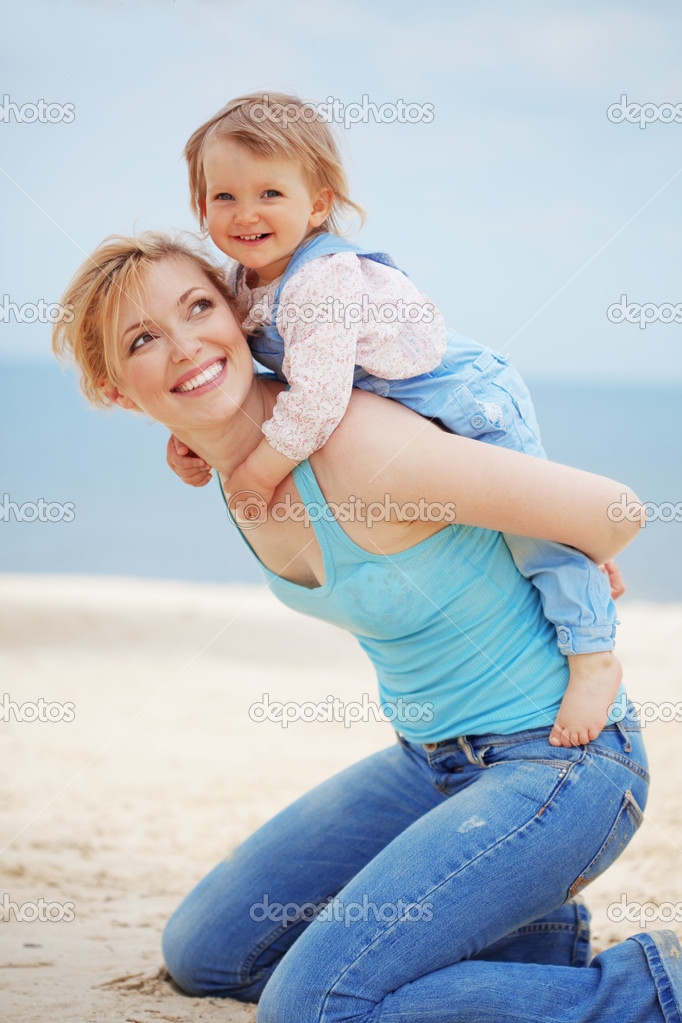 Happy family resting at beach in summer — Stock Photo #3131781