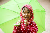 Ragazzina a piedi sotto la pioggia — Foto Stock