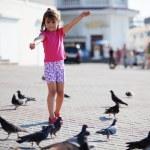 Child feeding doves — Stock Photo