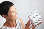 Meio mulher envelhecida com um presente — Foto Stock