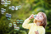 Child starting soap bubbles — Foto de Stock
