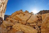 Zonsondergang in rotsachtige woestijn — Stockfoto