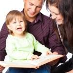 母亲、 fathher 和小女儿读的书 — 图库照片