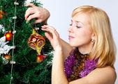 Meisje in de buurt van spar kerstboom — Stockfoto