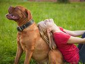 Genç kız ve köpeği — Stok fotoğraf