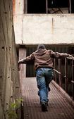 Menina andando numa fábrica abandonada — Foto Stock