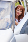 A woman is sitting in a car — Stock Photo