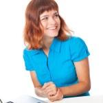 一个女孩用一台笔记本电脑 — 图库照片