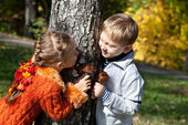A girl and a boy are playing hide-and-seek — Stockfoto