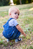 Ein junge sucht etwas im gras — Stockfoto