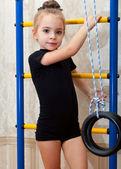 Dziewczyna jest zaangażowany w akrobacji — Zdjęcie stockowe