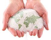 Elinde dünya haritası ile kum — Stok fotoğraf