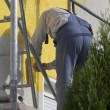 Man painting house — Stockfoto