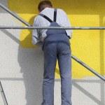 trabalhador no cadafalso — Foto Stock
