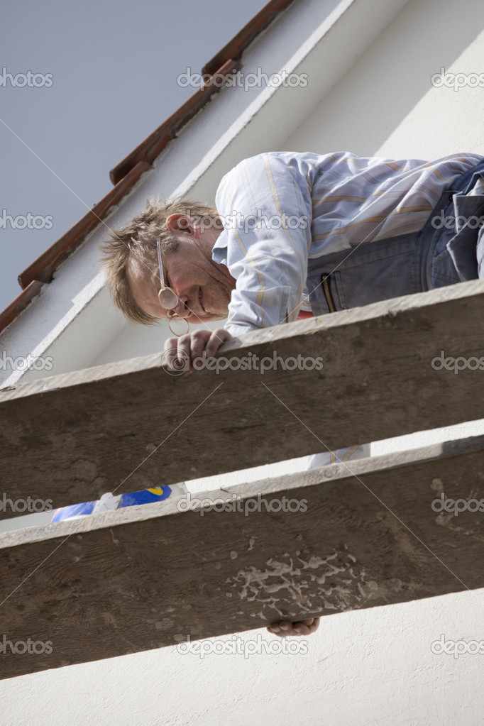 Construction worker on a scaffold fixing problems — Stock Photo #2908573