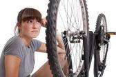 Defekt bisikleti ile mutsuz kadın — Stok fotoğraf